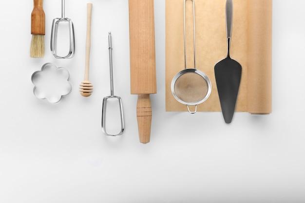 Küchenutensilien für gebäck auf weiß
