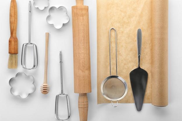 Küchenutensilien für gebäck auf weißem tisch Premium Fotos