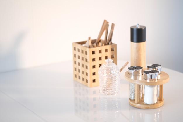 Küchenutensilien hintergrund mit copyspace home küche dekor konzept küchenwerkzeuge holzzubehör im container restaurant kochen kulinarische küche thema