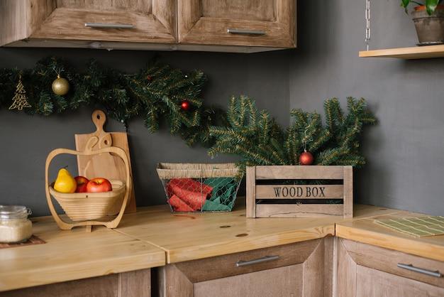 Küchenutensilien und accessoires in der küche, dekoriert für weihnachten und neujahr