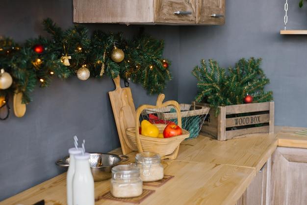 Küchenutensilien und essen in der küche dekoriert für weihnachten und neujahr