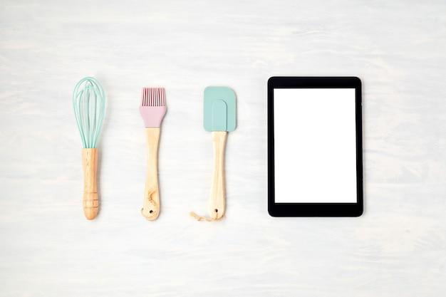 Küchenutensilien und notizblock mit platz zum kopieren. gesunde ernährung, kochanwendung, online-rezepte, internet-klassenkonzept.