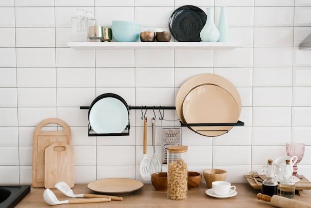 Küchenutensilien und utensilien in der strahlend weißen holzküche