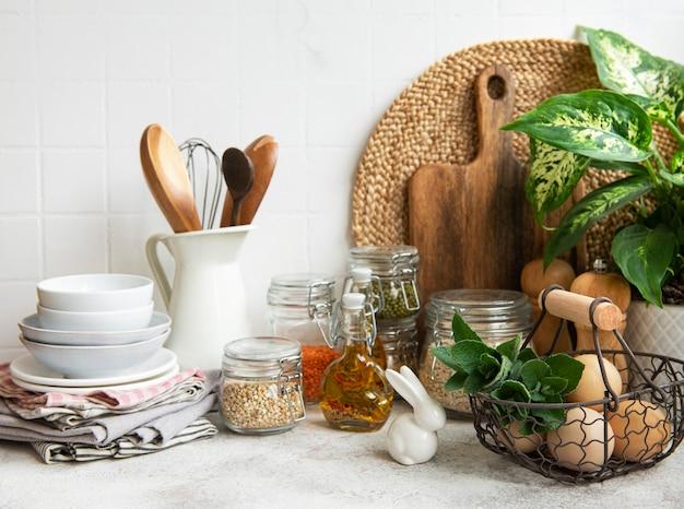 Küchenutensilien werkzeuge und geschirr auf der weißen fliesenwand im hintergrund