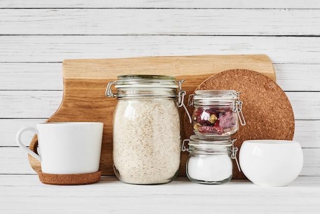 Küchenwerkzeuge und schneidebrett auf weißer tabelle