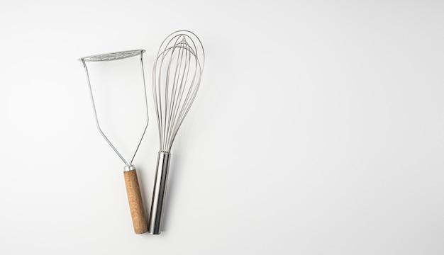 Küchenzubehör isoliert auf weiß