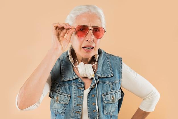 Kühle ältere frau mit sonnenbrillen