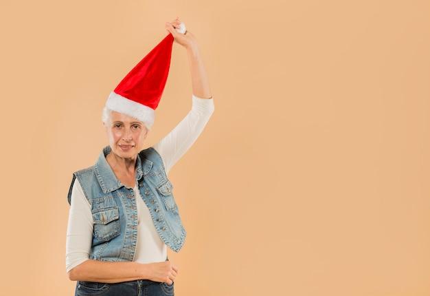 Kühle ältere frau mit weihnachtshut