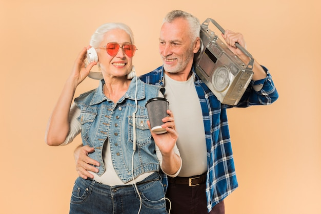 Kühle ältere paare mit ghettoblaster