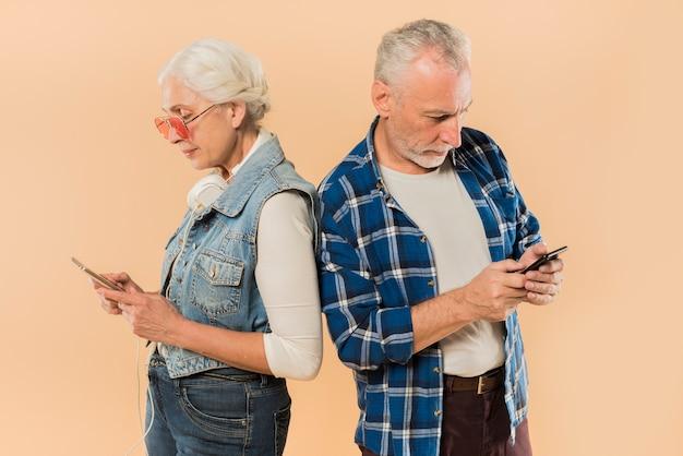 Kühle ältere paare mit smartphone