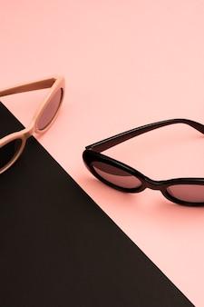 Kühle bunte sonnenbrille der nahaufnahme