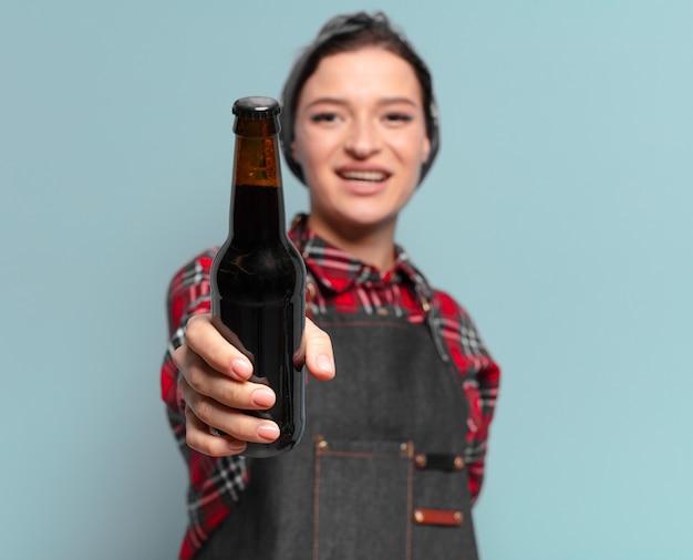 Kühle frau des roten haares mit einer bierflasche