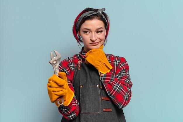 Kühle handwerker- oder haushälterin-konzept des roten haares