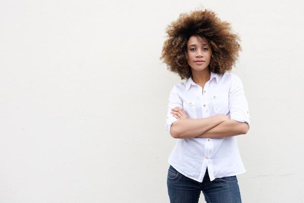 Kühle junge afroamerikanerfrau mit dem lockigen haar
