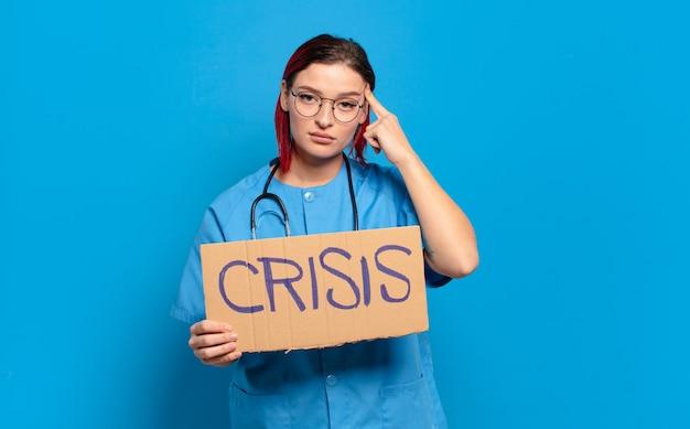 Kühle krankenschwesterfrau des roten haares. medizinisches krisenkonzept