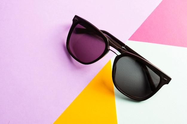 Kühle sonnenbrille der nahaufnahme auf einer tabelle