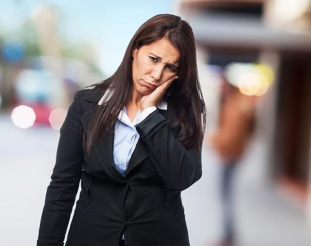 Kühlen geschäftsfrau zahnweh
