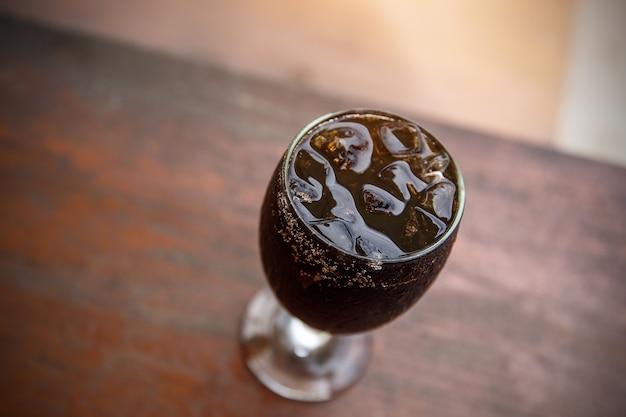 Kühlendes getränk im sommer. cola. ansicht von oben