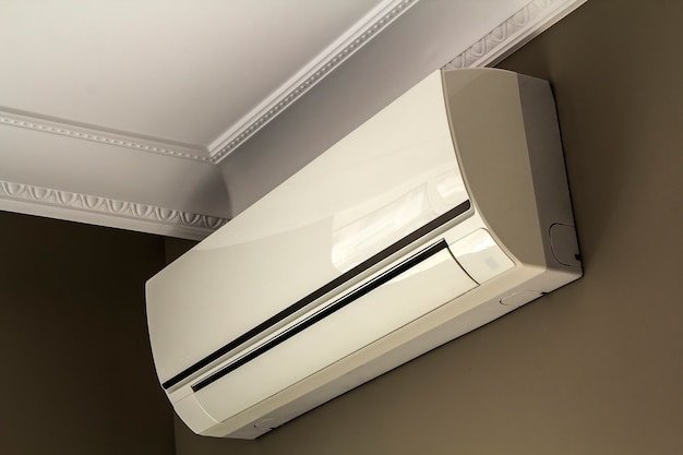 Kühles klimaanlagensystem auf dunkler wand im rauminnenraum