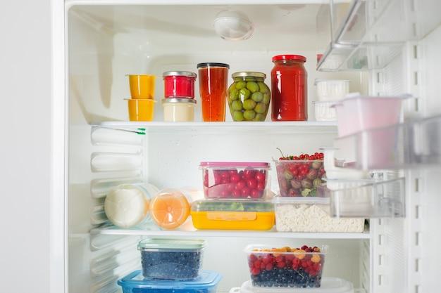 Kühlschrank mit verschiedenen gesunden lebensmitteln