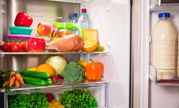 Kühlschrank öffnen. gesundes essen. gemüse und früchte