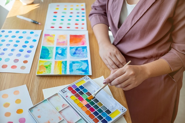 Künstler creative designer zeichnung mit künstlerischem werkzeug