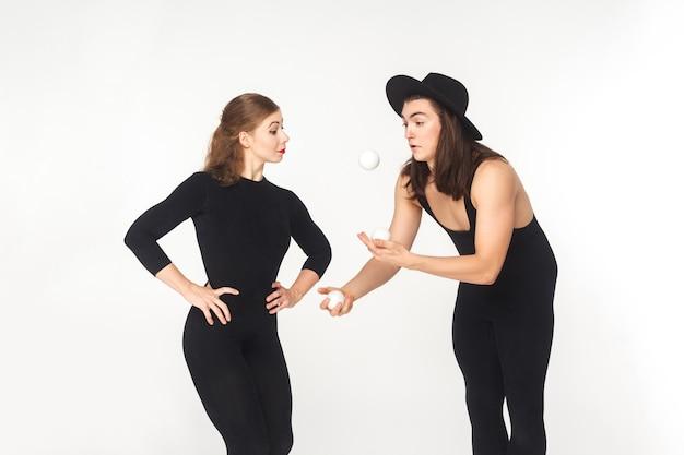 Künstler demonstrieren reich jonglieren frau. studioaufnahme