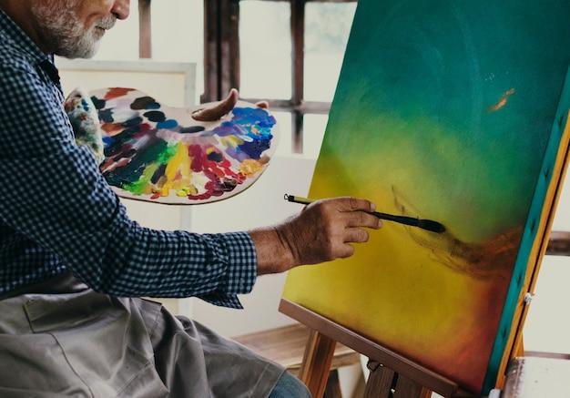 Künstler, der an acrylgrafik arbeitet