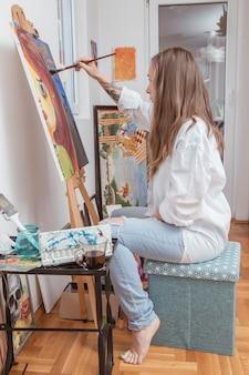 Künstler, der mit bild in der werkstatt arbeitet