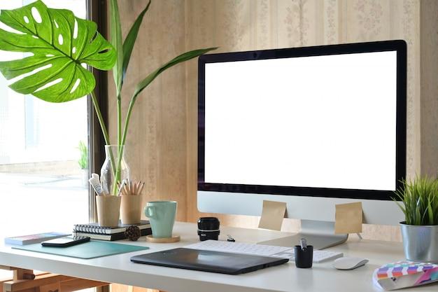 Künstler-designerarbeitsplatz mit modernem computer und kreativem zubehör