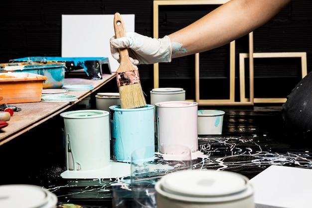 Künstler, die farbe aus dosen mit pinsel verwenden