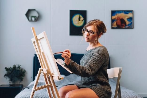 Künstler konzept mit frau malerei