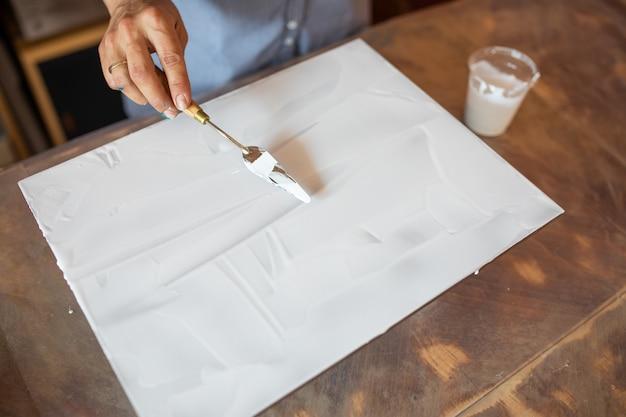 Künstler machen innenanstrich. glück und kreativität. malerei im innenraum. hobbys und handwerk. zeichnen lernen. zuhause arbeiten.