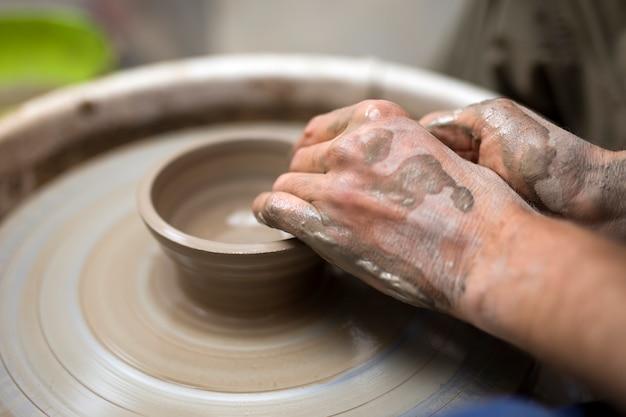 Künstler macht ton keramik auf einem spin-rad