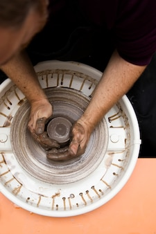 Künstler macht tonwaren auf einem schleuderrad