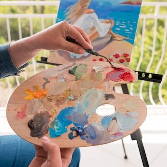 Künstler mit palettenmalerei im freien
