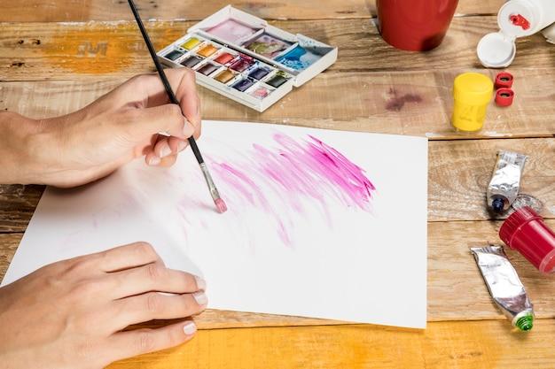 Künstler mit pinsel auf papier