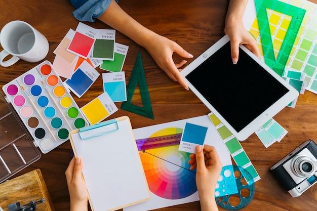 Künstler mit tablet und zwischenablage