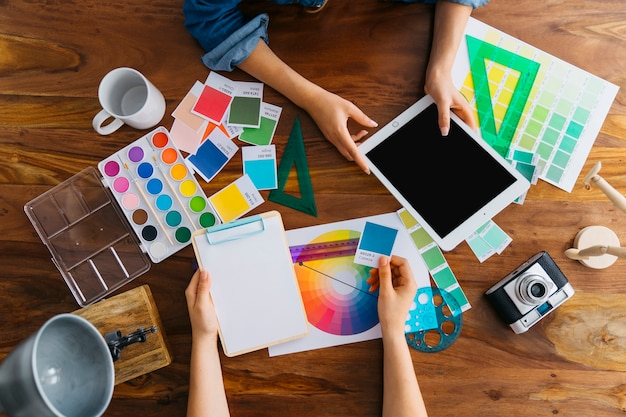 Künstler mit tabletten und grafischen gestaltungselementen