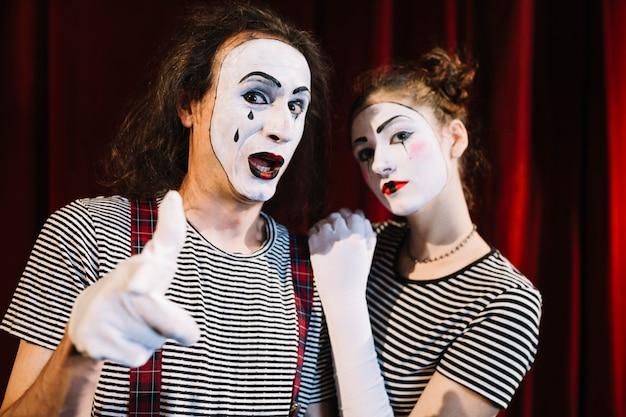 Künstler mit zwei pantomimen mit handzeichen