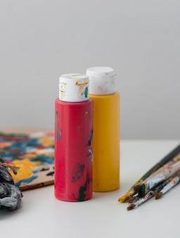 Künstler requisiten auf dem tisch