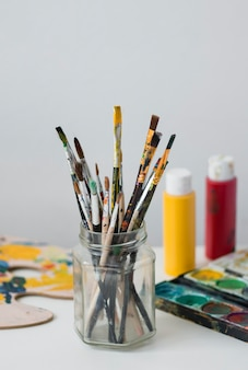 Künstler requisiten sammlung auf dem tisch