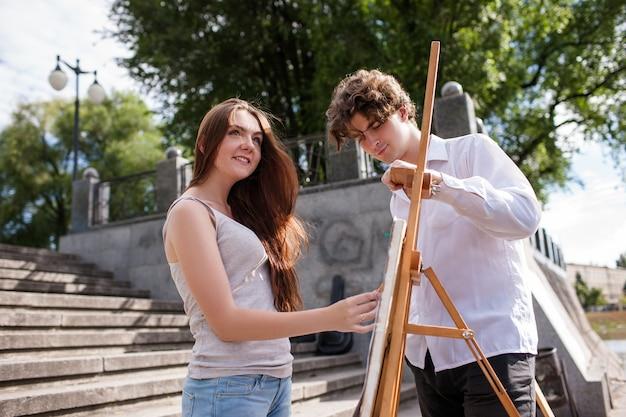 Künstler stillleben malerei stadtkonzept. maler lebensstil. arbeitsprozess.