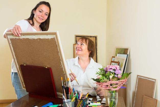 Künstler und käufer im kunststudio