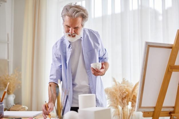 Künstler während der arbeit, standmalerei, im kunstatelier. kunstkonzept