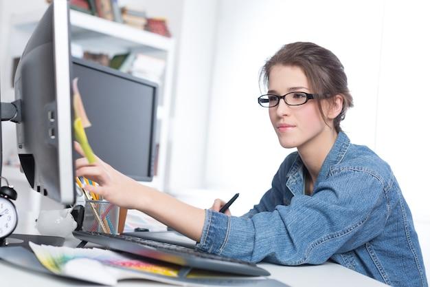 Künstler zeichnet etwas auf grafiktablett im büro