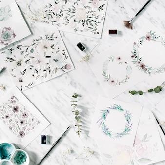 Künstlerarbeitsbereich. aquarellbilder mit rahmen und blumen