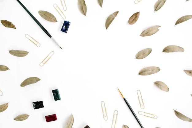 Künstlerarbeitsbereich. rahmenpinsel, getrocknete blätter