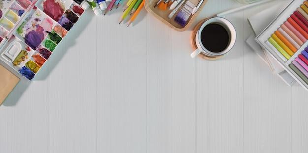 Künstlerarbeitsplatzfarbe auf weißer hölzerner tabelle