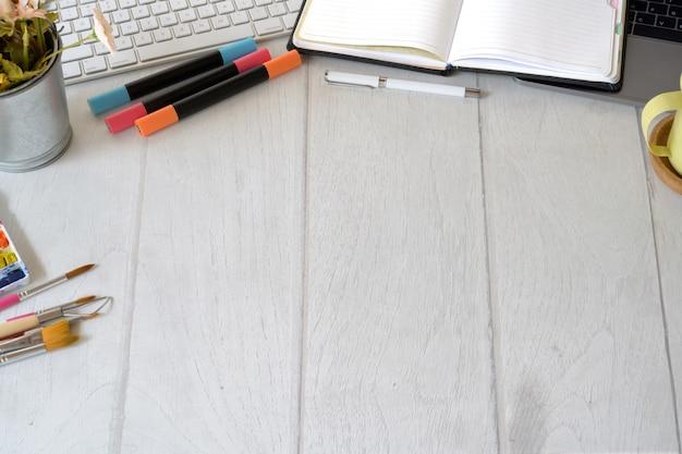 Künstlerdesignerarbeitsplatz mit kreativem zubehör und kopienraum